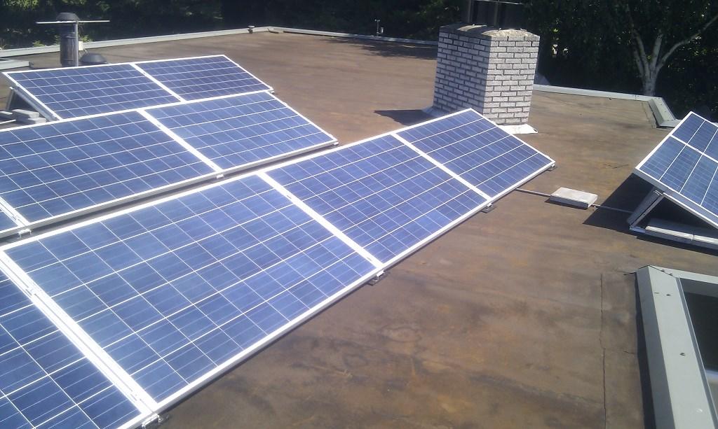 Plat dak en zonnepanelen: hoe werkt het? zonnefabriek